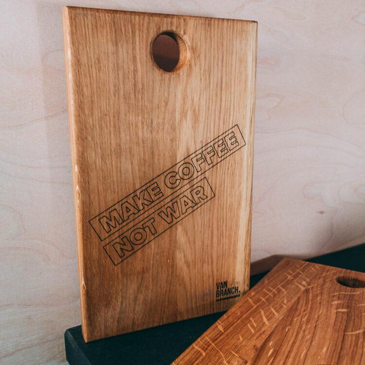 VAN BRANCH | MAKE COFFEE NOT WAR Frühstücksbrett und Tasse Schriftzug