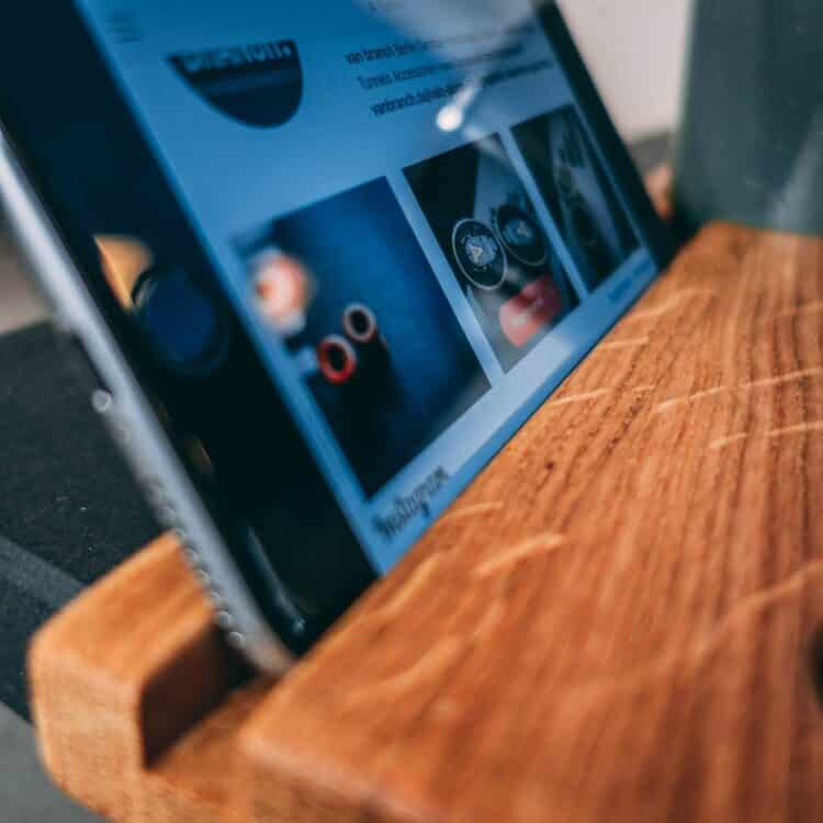 VAN BRANCH | MAKE COFFEE NOT WAR Frühstücksbrett und Tasse Schriftzug Smartphonehalterung