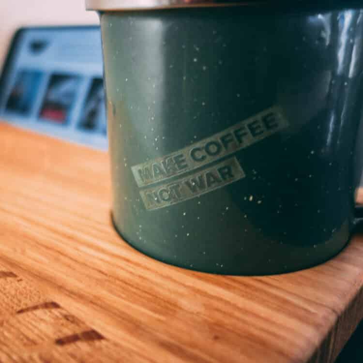 VAN BRANCH | MAKE COFFEE NOT WAR Frühstücksbrett und Tasse Schriftzug Tasse