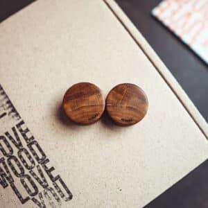 Handgefertigte 30mm Plugs für Ohren aus Pflaumenholz mit van branch Schriftzug