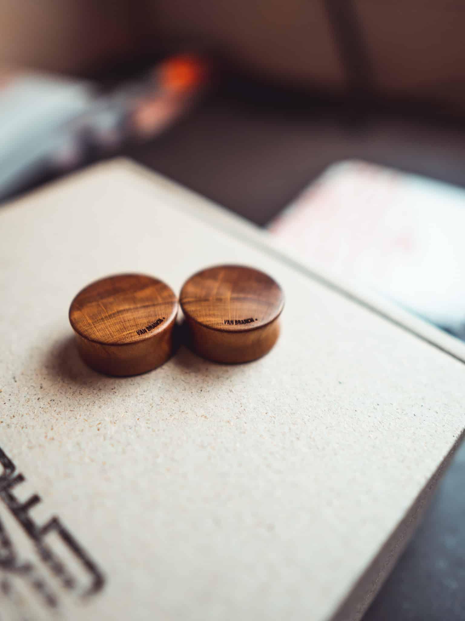 Handgefertigte 24mm Plugs für Ohren aus Pflaumenholz mit van branch Schriftzug