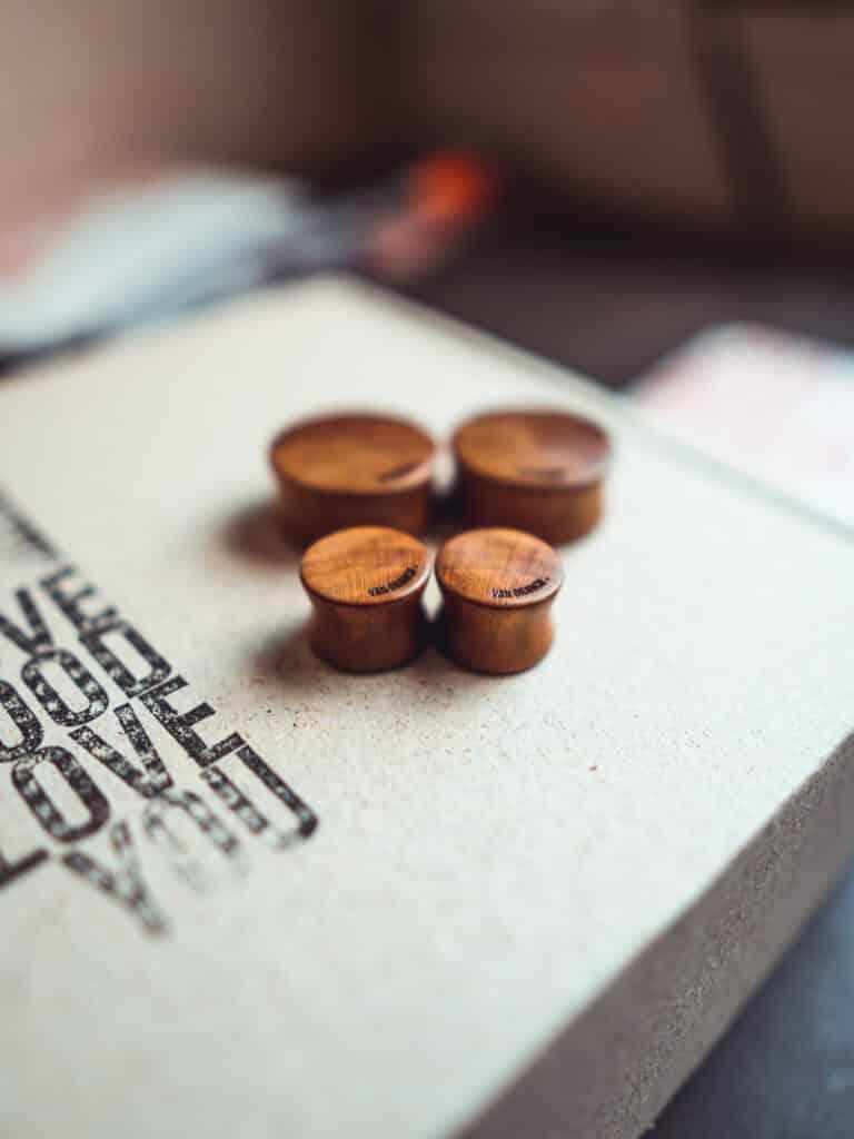 Handgefertigte 12mm Plugs für Ohren aus Pflaumenholz mit van branch Schriftzug