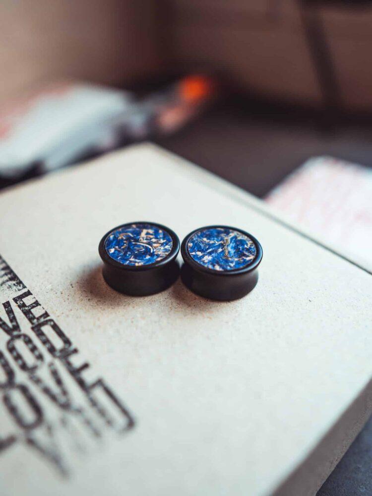 Handgefertigter Holz-plug aus Ebenholz in 20mm, liebevolle Handarbeit mit blauer Blumen einlage