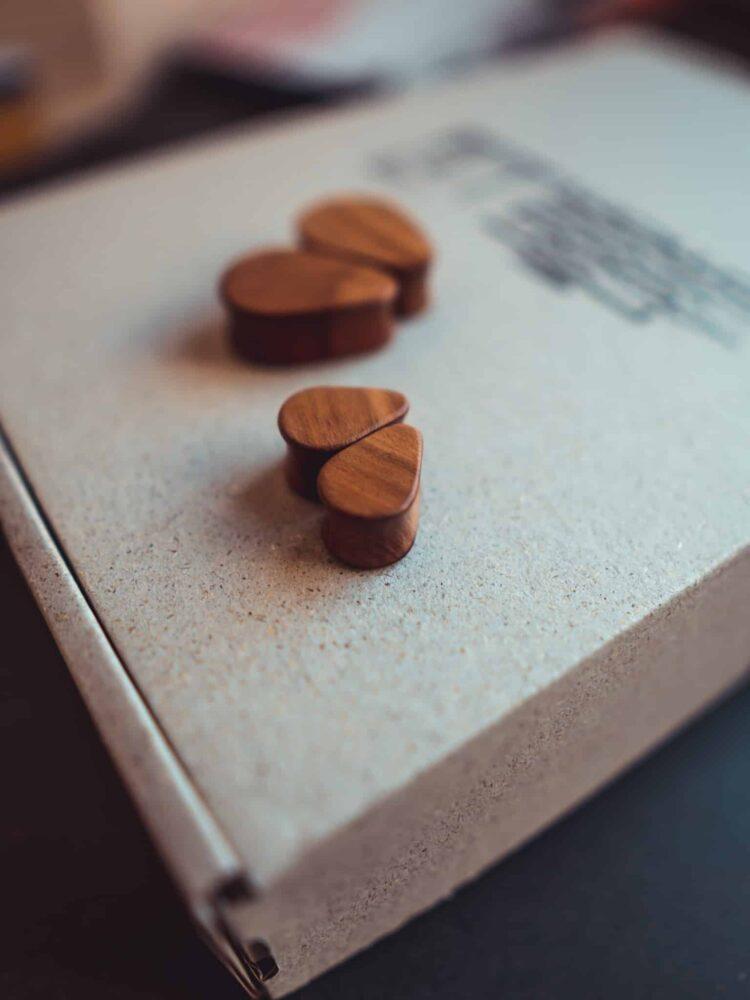 Handgefertigte 14mm Tropfenförmige Plugs für Ohren aus Pflaumenholz mit van branch Schriftzug
