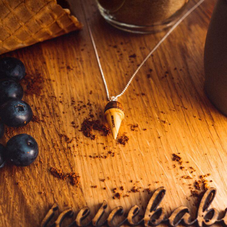 Handgefertigte Halskette Eistüte aus Holz liebevolle Handarbeit von van branch Holzart Olivenholz und Chechen