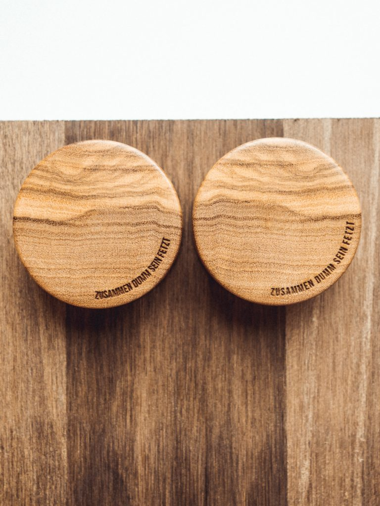 Handgefertigte 30mm Holz Plugs aus Olivenholz mit individueller Gravur