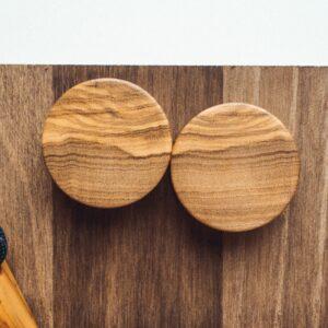Handgefertigte 30mm Ohr Plugs aus Olivenholz mit individueller Gravur