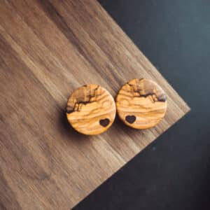 Handgefertigter Plug mit Herz aus Olivenholz in 28mm, liebevolle Handarbeit mit Ilex Herz