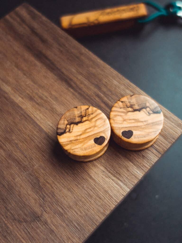 Handgefertigter Holzplug mit Herz aus Olivenholz in 28mm, liebevolle Handarbeit mit Ilex Herz
