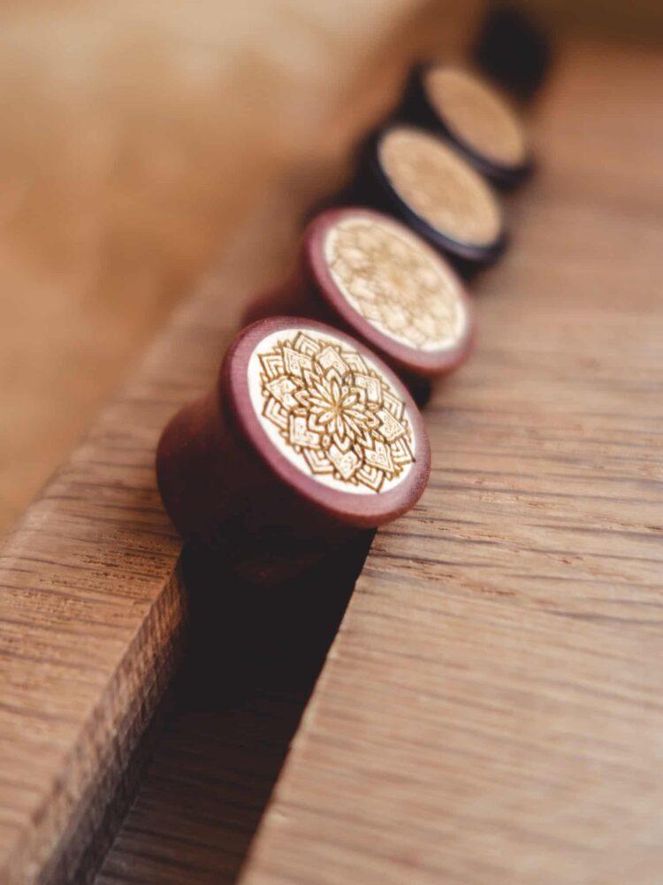 Handgefertigte 18mm Plugs für Ohren aus Pink Ivory und Ilex mit Mandala