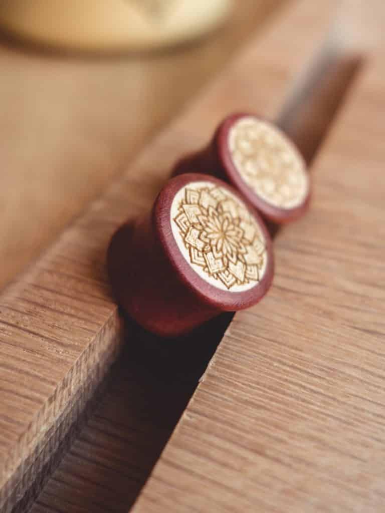 Handgefertigte 12mm Plugs für Ohren aus Pink Ivory und Ilex mit Mandala
