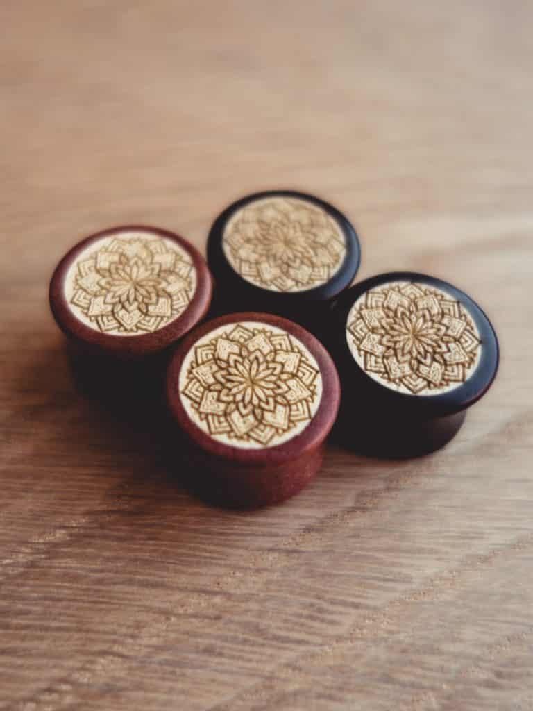 Handgefertigte 14mm Plugs für Ohren aus Pink Ivory und Ilex mit Mandala