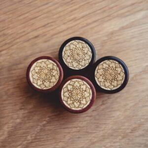 Handgefertigte 10mm Plugs für Ohren aus Pink Ivory und Ilex mit Mandala