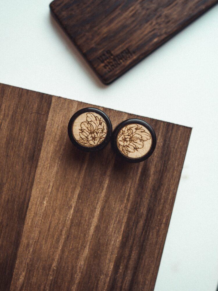 Handgefertigte 14mm Ohr Plugs aus Ebenholz mit Rose Motiv