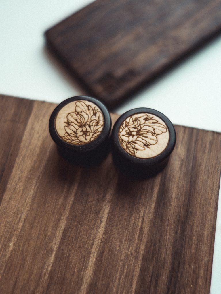 Handgefertigte 14mm Ohr Plugs aus Ebenholz mit Blumen Motiv