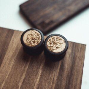 Handgefertigte 14mm Ohr Plugs aus Ebenholz mit Blüte Motiv