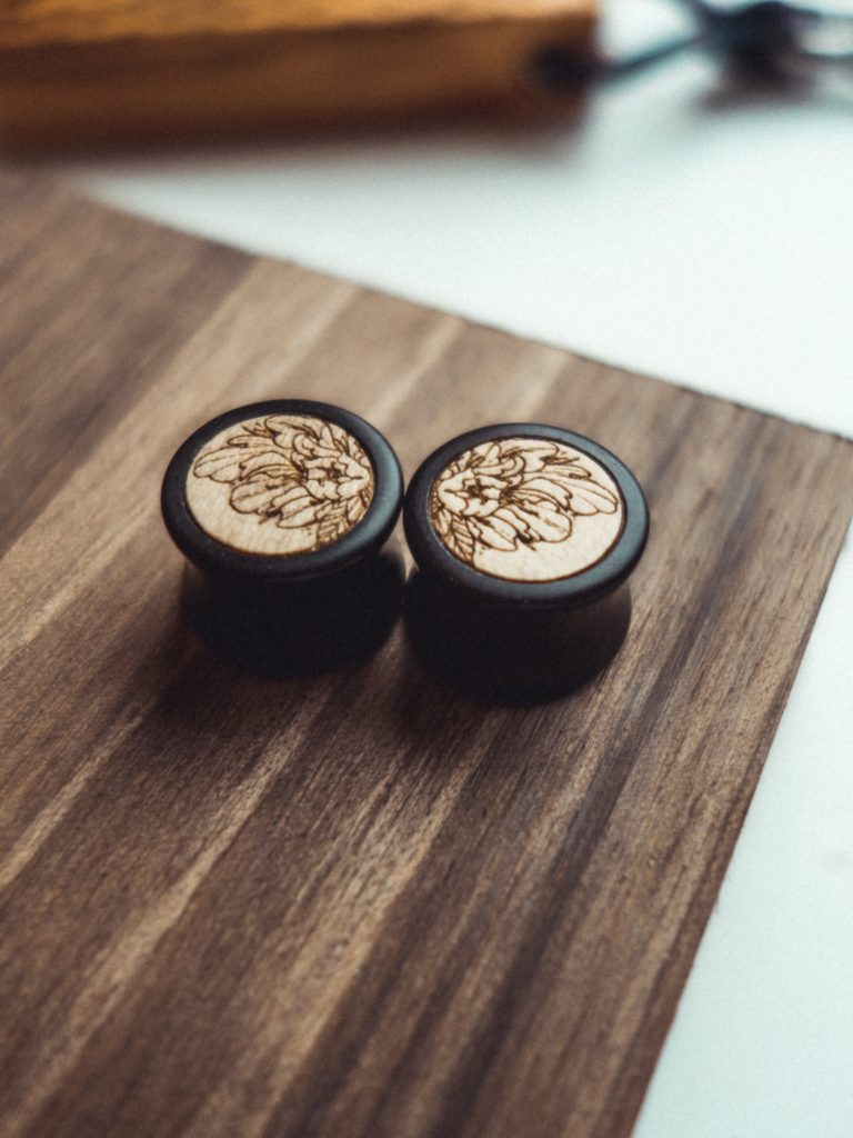 Handgefertigte 14mm Holz Plugs aus Ebenholz mit Peony Motiv