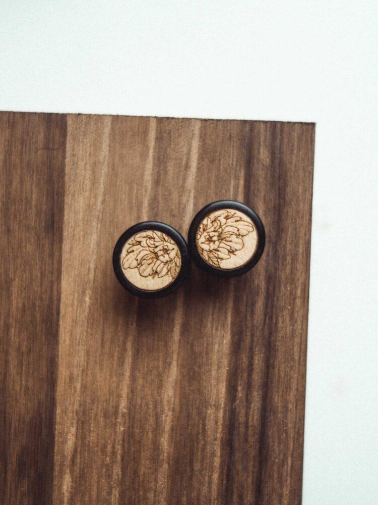 Handgefertigte 14mm Ohr Plugs aus Ebenholz mit Peony Motiv
