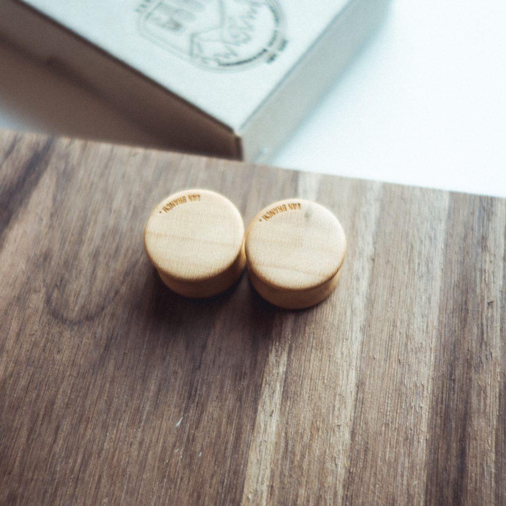 Handgefertigte 12mm Holz Plugs aus Ahorn mit Maserholz Rückseite mit Gravur