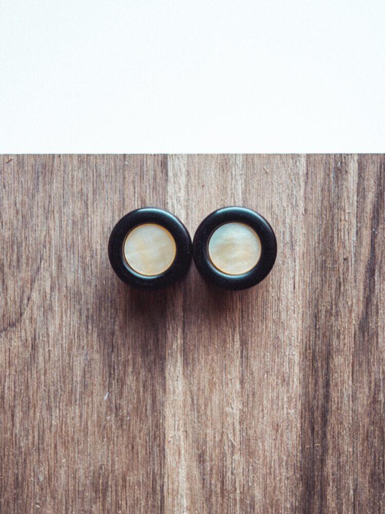 Handgefertigte 14mm Ohr Plugs aus Ebenholz mit Perlmutt