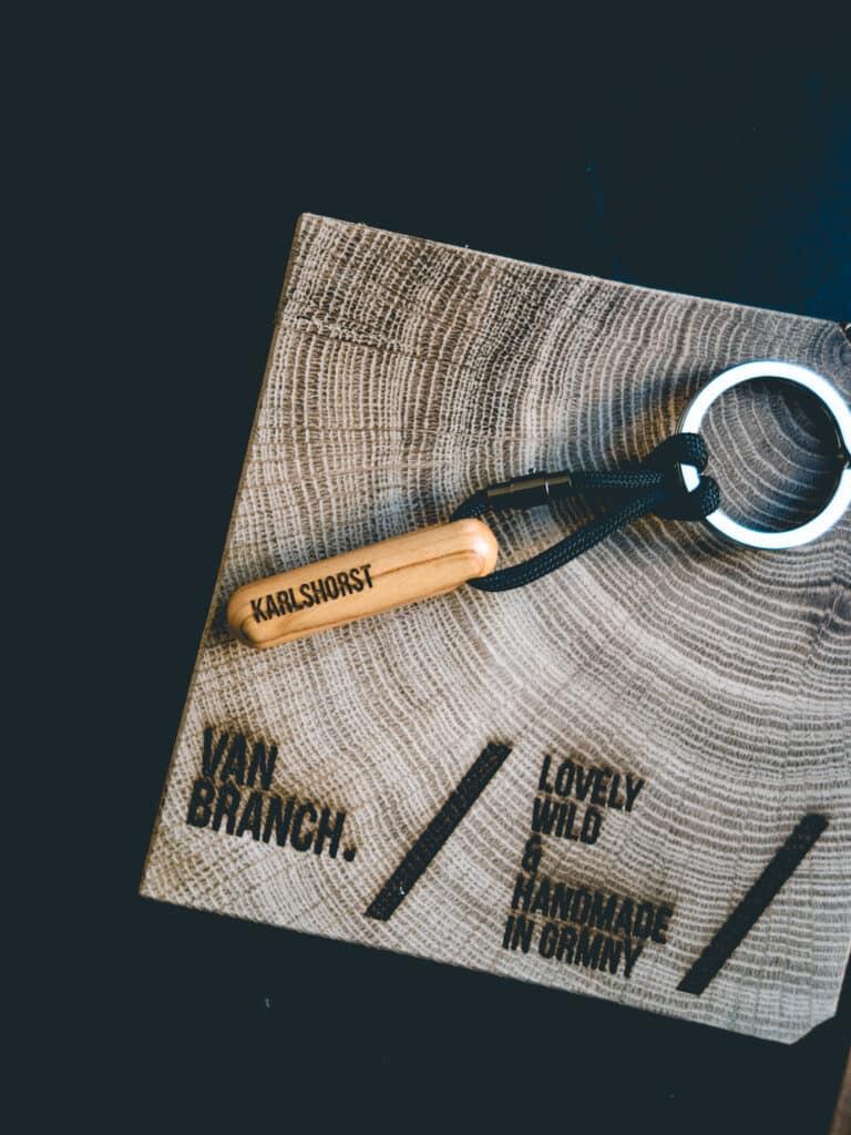 Karlshorst einzigartiger Holz Schlüsselanhänger aus Olivenholz Branding van branch