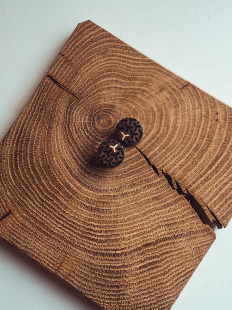 Handgefertigte Wood Tunnel aus Chechen in 20mm, liebevolle Handarbeit mit Ilex Intarsie und Muster