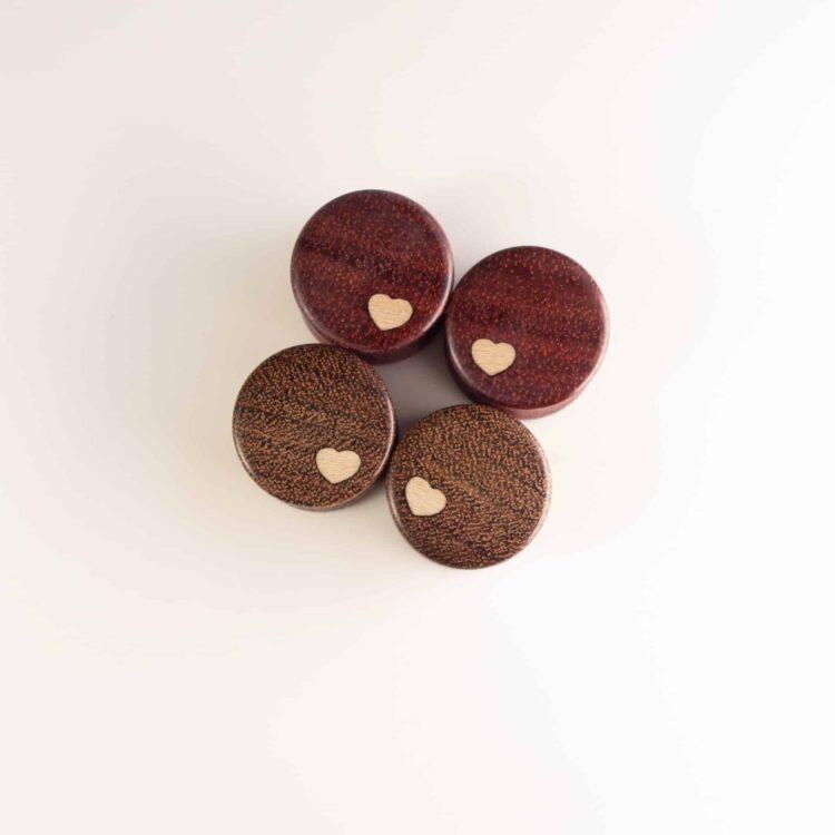 Handgefertigter Holz Plugs aus Satiné und Chechen in 14mm, liebevolle Handarbeit mit Ilex Herz