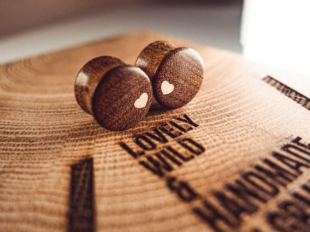 Handgefertigter Holz Plug aus Chechen in 20mm, liebevolle Handarbeit mit Ilex Herz
