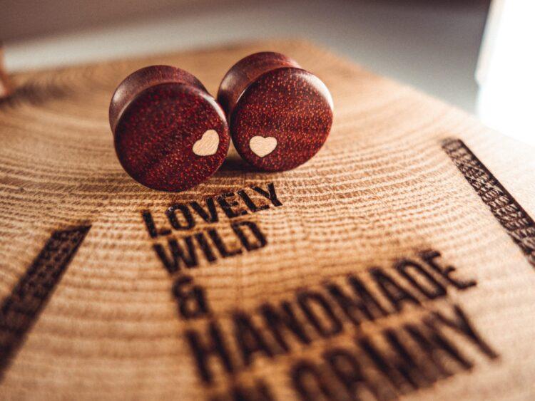 Handgefertigter Holz Plug aus Satiné in 18mm, liebevolle Handarbeit mit Ilex Herz
