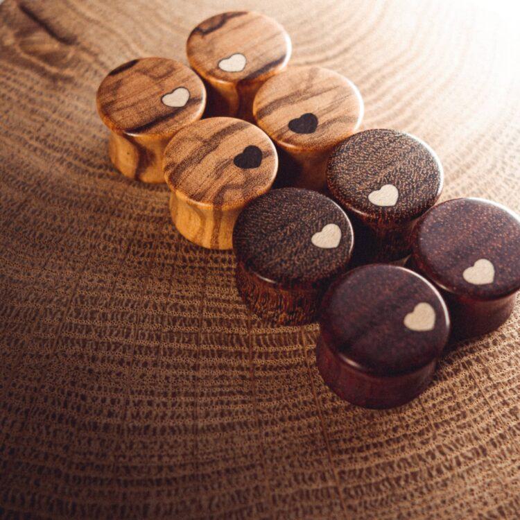 Handgefertigte Plugs mit Herz aus Olive, Satiné und Chechen in 14mm, liebevolle Handarbeit mit Herz