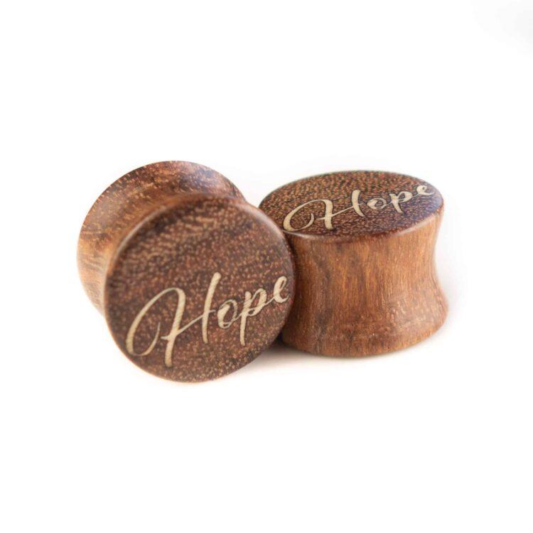 Handgefertigter Ohrplug mit Herz aus Chechen in 14mm, liebevolle Handarbeit mit Ilex Schriftzug Hope