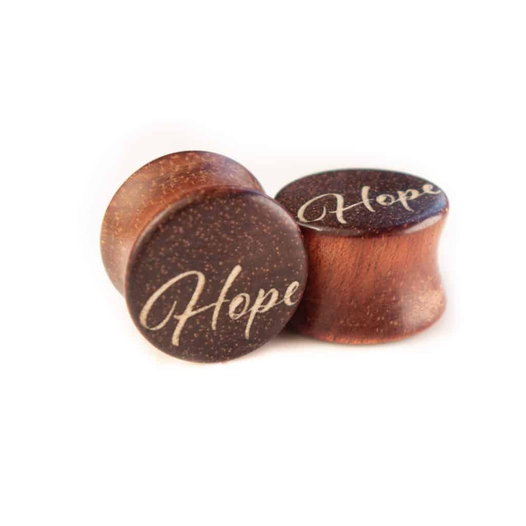 Handgefertigter Ohrplug mit Herz aus Satiné in 14mm, liebevolle Handarbeit mit Ilex Schriftzug Hope