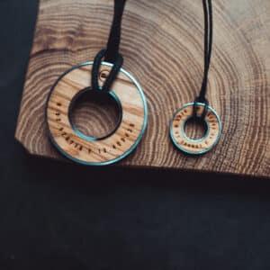 Handgefertigter Kettenanhänger aus Edelstahl unf Holz mit spezieller Gravur