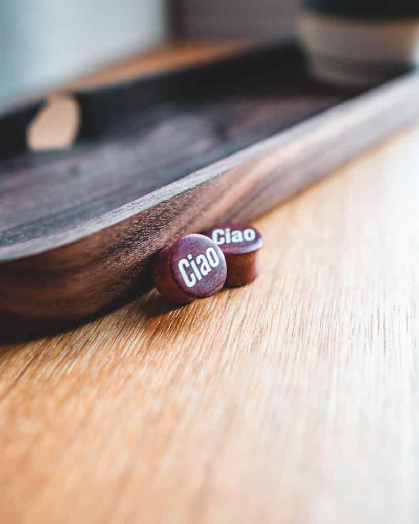 Ciao Motiv Ohrpiercings Pink Ivory Holz mit Intarsie aus Ilex von van branch, handgefertigt für Dich