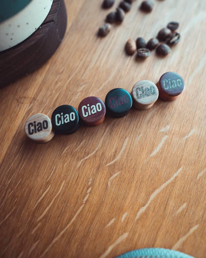 Ciao Motiv Plugs in unterschiedlichen Holzarten handgefertigt für Dich